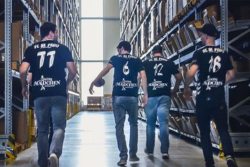 """The """"MEYLE Mechanics"""" get the FC St. Pauli Handball Team's bus up and running again"""